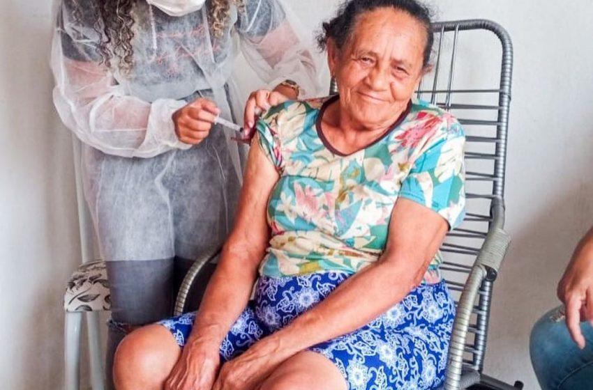 Vacinação contra a COVID-19 todos os idosos na faixa etária de 78 anos.