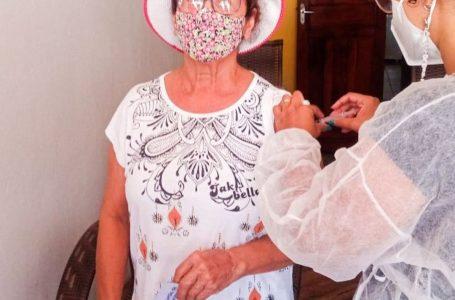 A secretaria municipal de saúde segue com a vacinação dos idosos